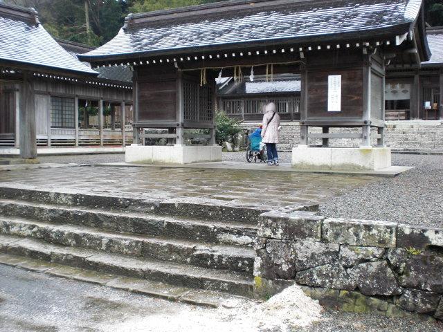 拝殿までの階段の画像 クリック・Enterで拡大