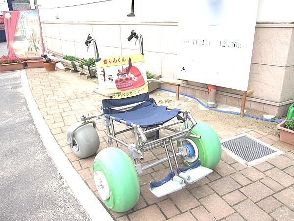 砂地を歩行可能な車いすの画像 クリック・Enterで拡大