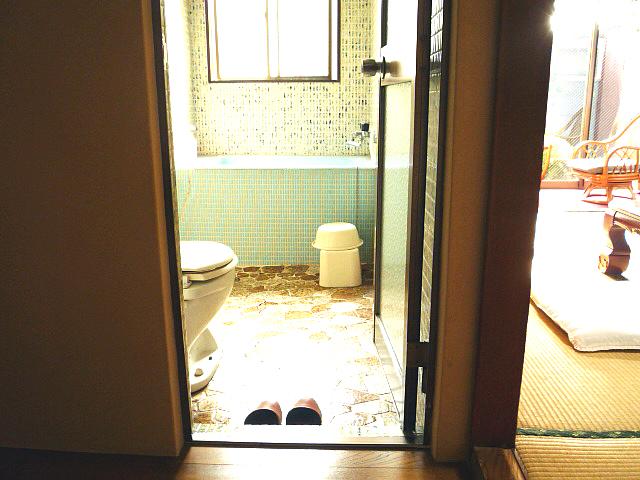 1階客室の浴室と洋式トイレの画像 クリック・Enterで拡大
