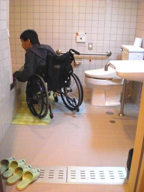 バリアフリールームの浴室とトイレの画像 クリック・Enterで拡大