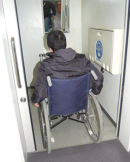 1階の多目的トイレの扉を開けた所の画像 クリック・Enterで拡大