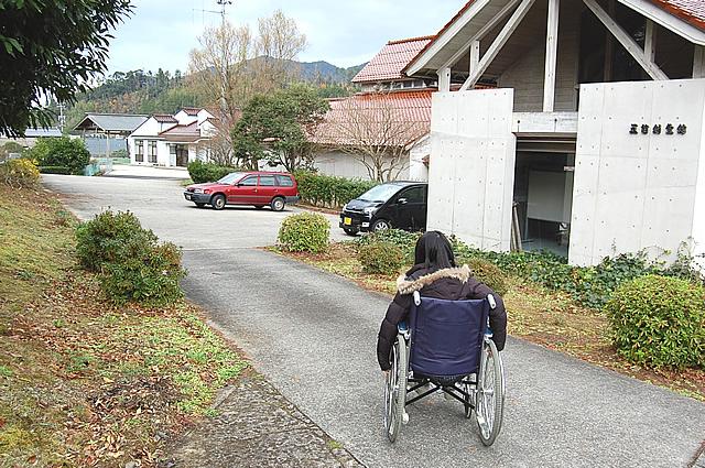 駐車場手前の通路の画像 クリック・Enterで拡大