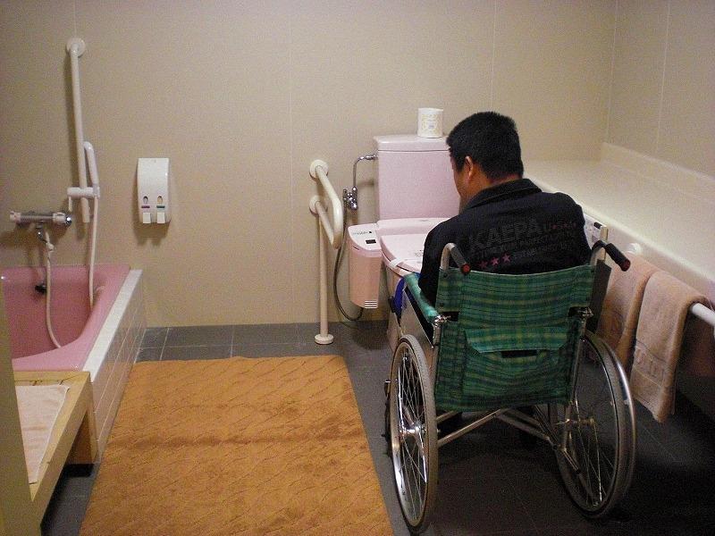 バリアフリールーム内トイレとお風呂の画像 クリック・Enterで拡大