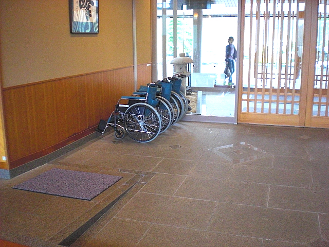 玄関付近に設置してある車椅子の画像 クリック・Enterで拡大
