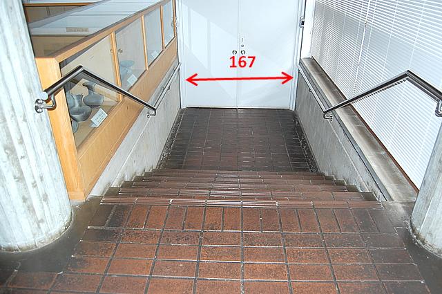 展示室までの階段の画像 クリック・Enterで拡大