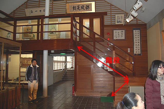 2階展示室への階段の画像 クリック・Enterで拡大