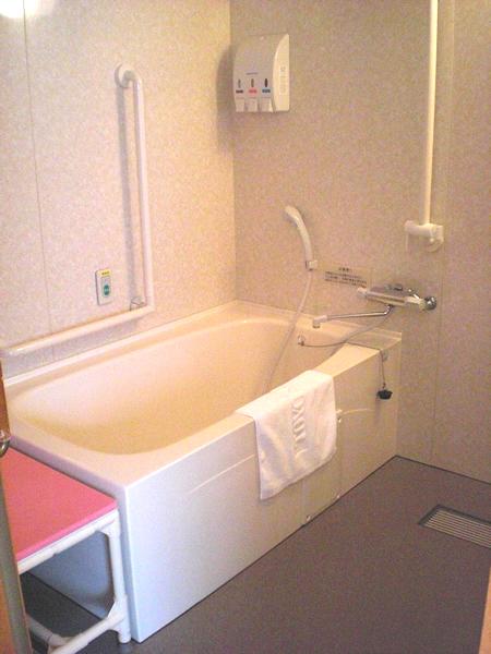 バリアフリールームの浴室の画像 クリック・Enterで拡大