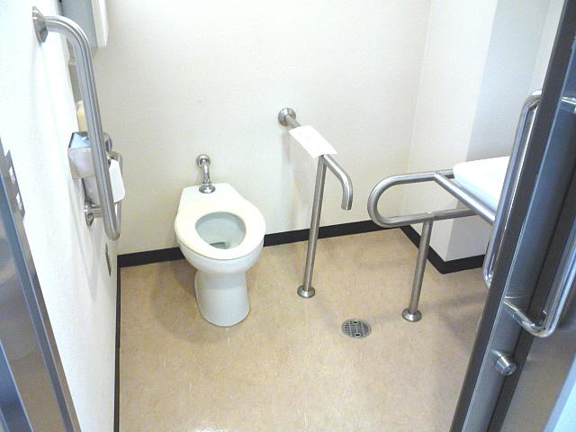 観光協会内の身障者トイレ内部の画像 クリック・Enterで拡大