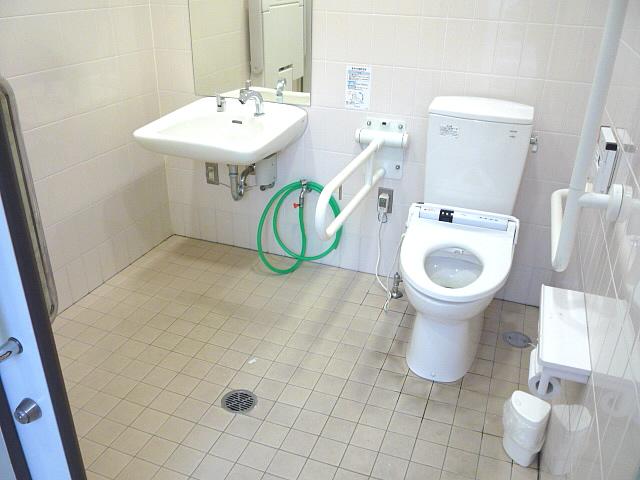スーパー・キヌヤ駐車場内の身障者トイレの画像 クリック・Enterで拡大