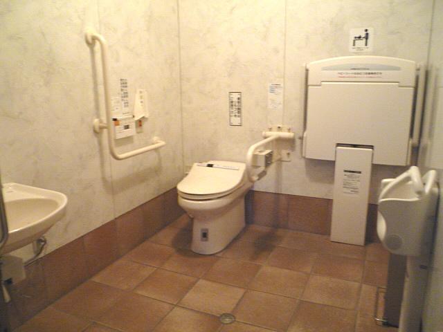 太鼓谷稲荷神社内の身障者トイレの画像 クリック・Enterで拡大