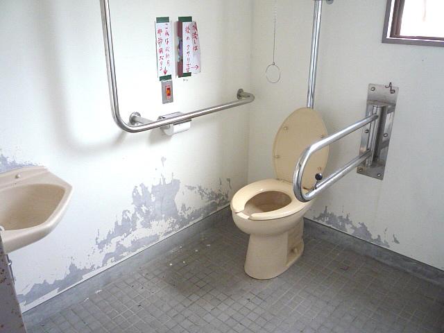 太鼓谷稲荷神社駐車場に行く途中にある身障者トイレの画像 クリック・Enterで拡大