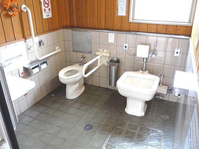 「道の駅」津和野温泉なごみの里、駐車場にある身障者トイレの画像 クリック・Enterで拡大