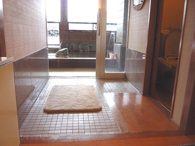 大浴場(岩風呂)の浴室入口の画像 クリック・Enterで拡大