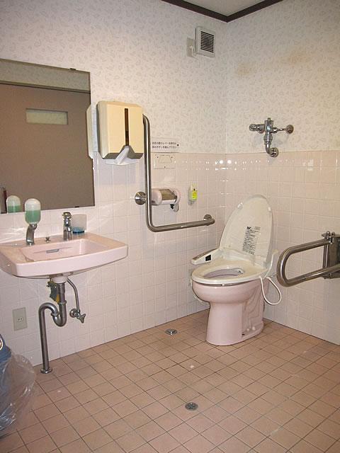 館内の多目的トイレ内部の画像 クリック・Enterで拡大