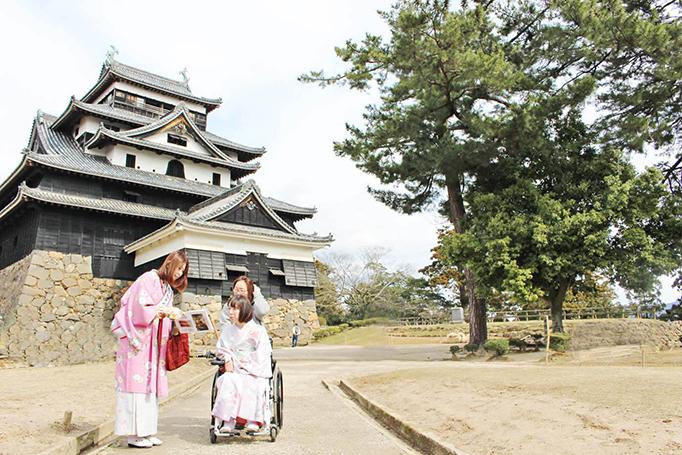 ちどり娘に松江城のガイドをしてもらう車いすの女性