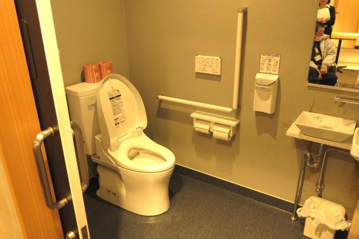 1階男性用車いす対応トイレの画像 クリック・Enterで拡大